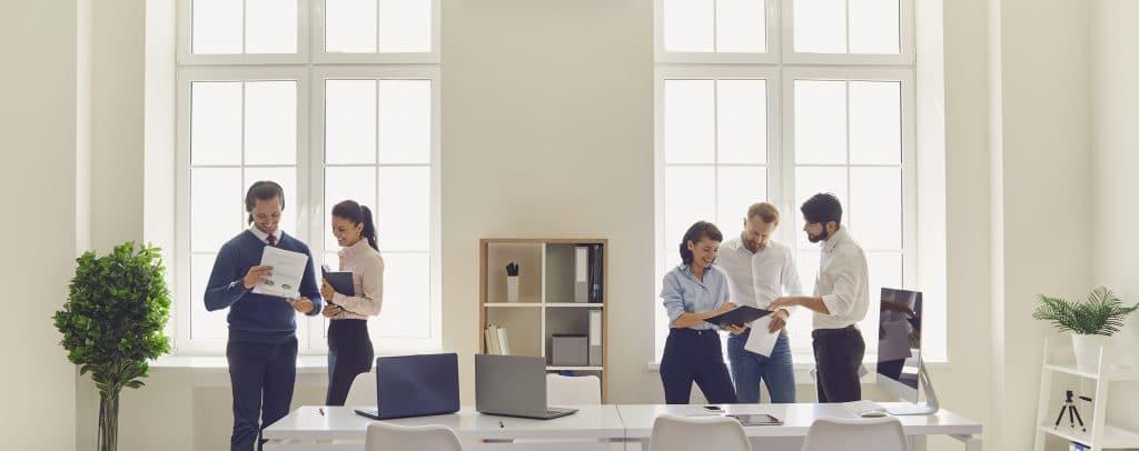 Des partenaires travaillent ensemble dans un bureau au service de leur clients